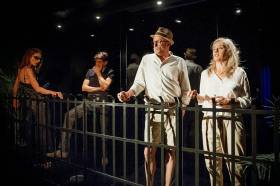 Anmeldelse: Turister, Teater Får302