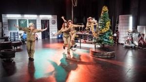 JUL-Det-er-TANKEN-der-tæller-Teater-Hund-Foto-Søren-Meisner-Velkomstdans