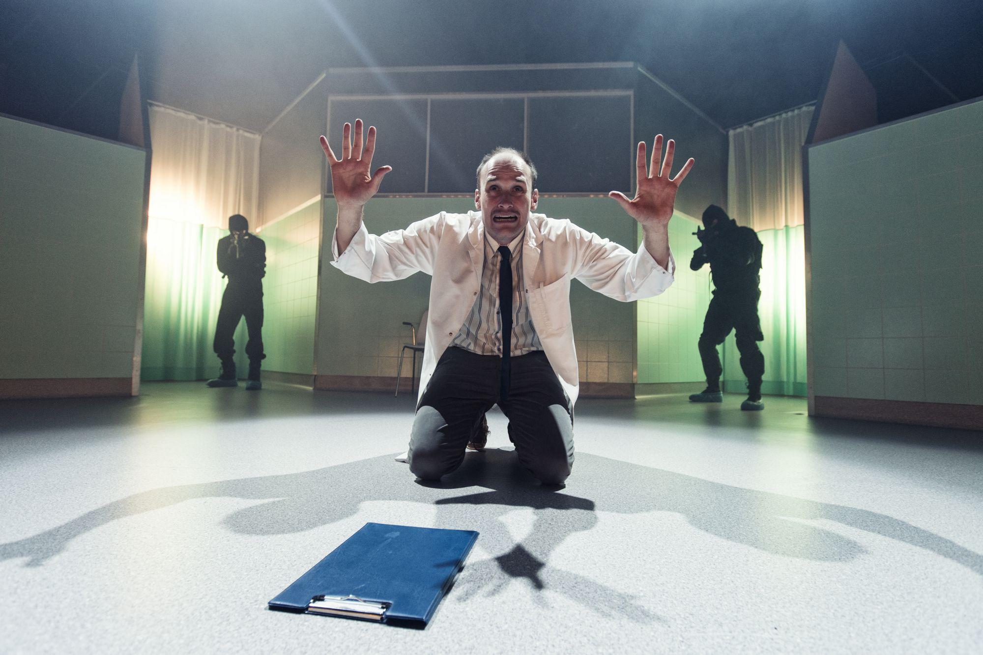 Anmeldelse: Under Gud, over loven, Teater Grob (Von Baden)