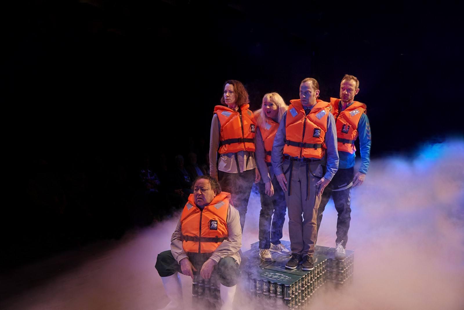 Anmeldelse: Surstrømning, Folketeatret (Vendsyssel Teater, Teater Nordkraft, Randers EgnsTeater, Teatret Svalegangen, Folketeatret og Team Teatret)