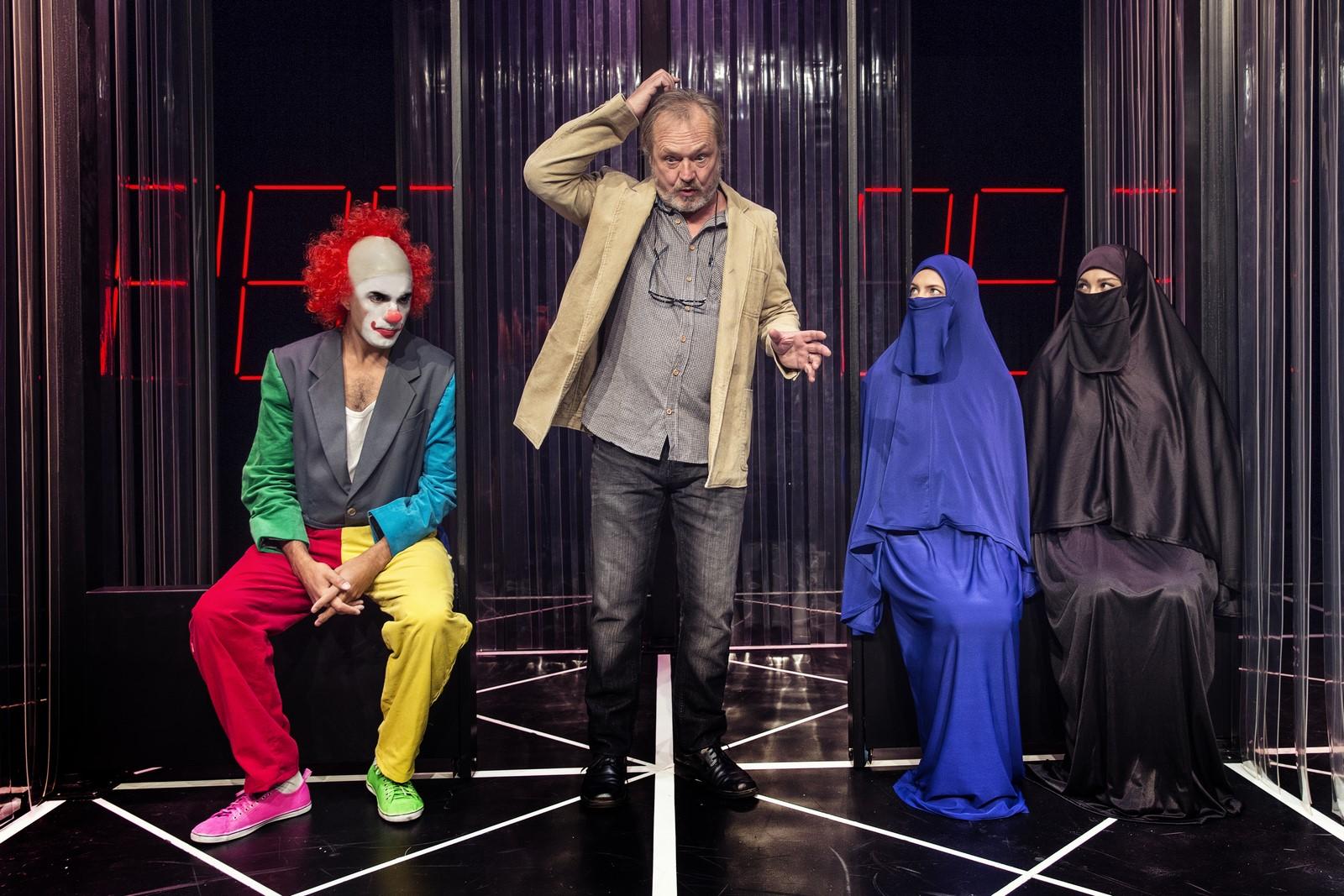 Anmeldelse, DANSK, Teatret Svalegangen