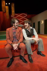 """Fra """"Bunbury"""" på Aalborg Teater. Carsten Svendsen (tv.) Foto: Lars Horn"""