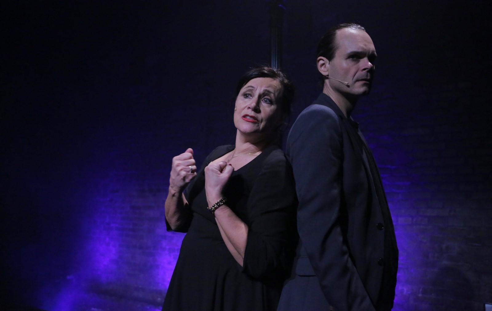 Anmeldelse: Piaf og Aznavour – hymne til kærligheden, Sceneriet under Det Ny Teater