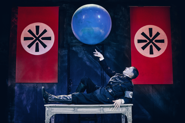 Anmeldelse: Diktatoren, Odense Teater (Odense Teater og Nørrebro Teater)