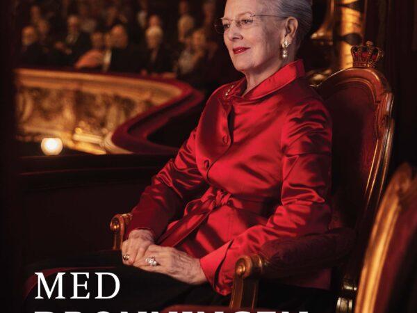 Anmeldelse (bog): Nila Parly: Med Dronningen i Det Kongelige Teater, Politikens Forlag